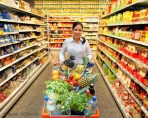 8007501-giovane-donna-con-carrello-al-supermercato-quando-lo-shopping