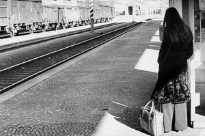 societa_-_donna_in_attesa_del_treno_imagelarge